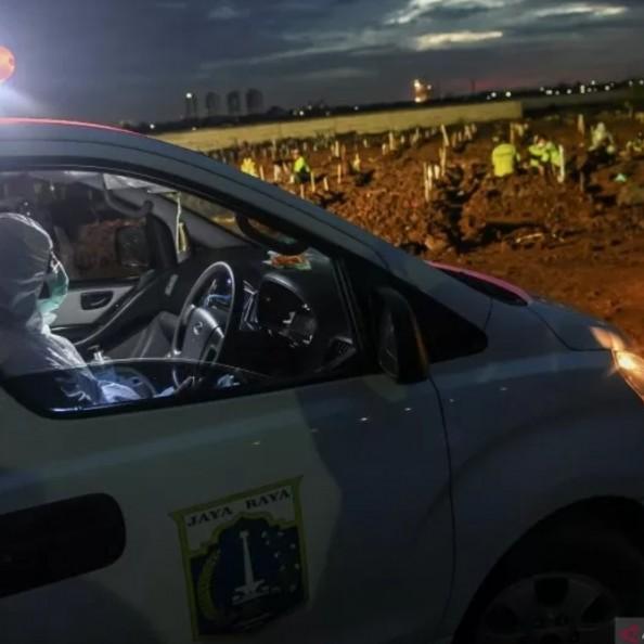 Ambulan kewalahan, jenazah COVID-19 diangkut truk